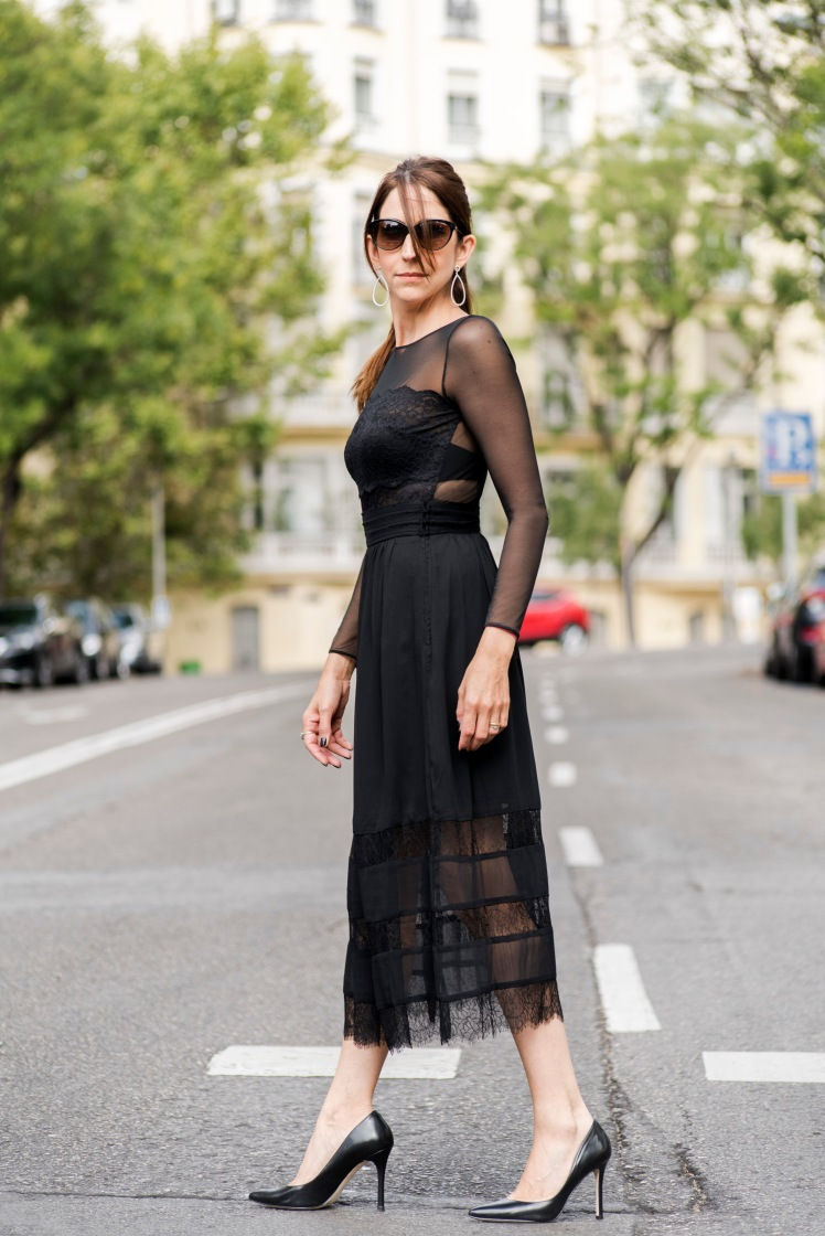 vestido-negro-pasando-calle-9161